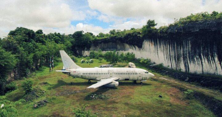 Z mysteriózního opuštěného letadla na Bali se stala turistická atrakce